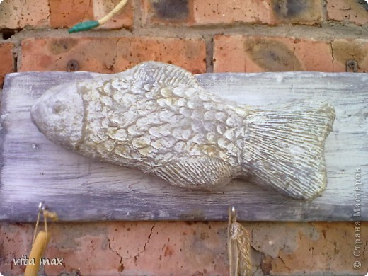 Рыбка-вешалка (папье-маше на каркасе из фольги) фото 2