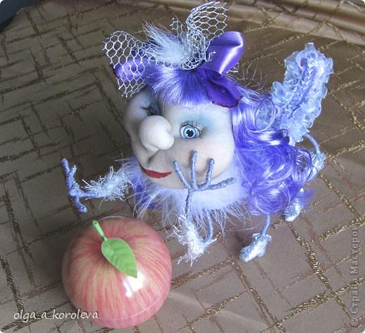 Это гусеница-сердцеедка. Почему сердцеедка? Потому что любит лакомиться сердцевинкой яблок! фото 13