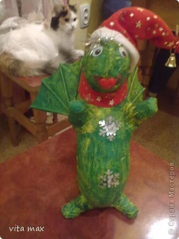 Выставляю на ваш суд работы сделанные мной к Новому году .Этот дракоша радовал детишек под елочкой в детском саду. фото 1