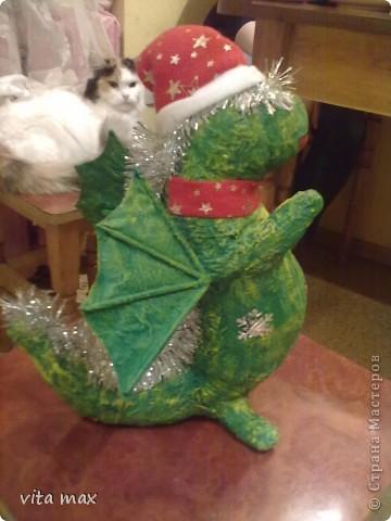 Выставляю на ваш суд работы сделанные мной к Новому году .Этот дракоша радовал детишек под елочкой в детском саду. фото 2