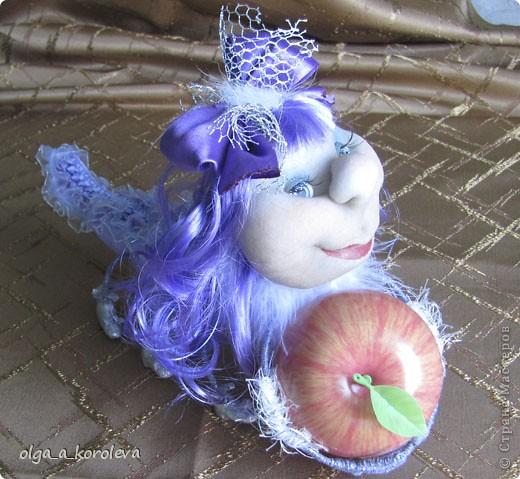 Это гусеница-сердцеедка. Почему сердцеедка? Потому что любит лакомиться сердцевинкой яблок! фото 2