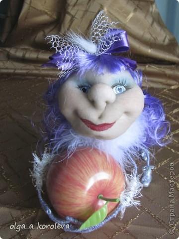 Это гусеница-сердцеедка. Почему сердцеедка? Потому что любит лакомиться сердцевинкой яблок! фото 8
