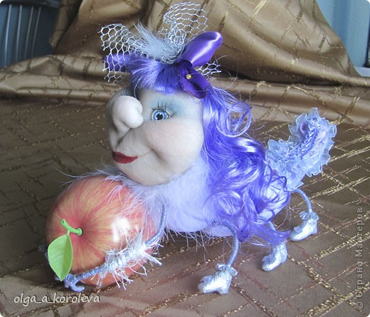Это гусеница-сердцеедка. Почему сердцеедка? Потому что любит лакомиться сердцевинкой яблок! фото 9