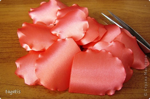 """Предлагаю МК розы """"распустившейся"""". Эта роза из ленты шириной 5см. Можно использовать любой другой материал (атлас, креп-сатин или любую другую ткань, из которой можно сделать лепестки, но не очень мягкую - из атласной ткани получается плохо, она не держит форму) фото 5"""