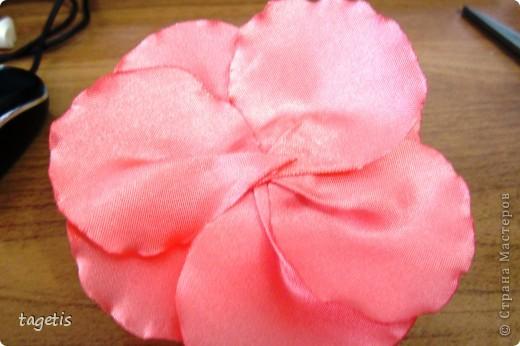 """Предлагаю МК розы """"распустившейся"""". Эта роза из ленты шириной 5см. Можно использовать любой другой материал (атлас, креп-сатин или любую другую ткань, из которой можно сделать лепестки, но не очень мягкую - из атласной ткани получается плохо, она не держит форму) фото 23"""