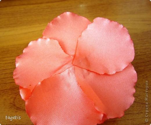 """Предлагаю МК розы """"распустившейся"""". Эта роза из ленты шириной 5см. Можно использовать любой другой материал (атлас, креп-сатин или любую другую ткань, из которой можно сделать лепестки, но не очень мягкую - из атласной ткани получается плохо, она не держит форму) фото 24"""