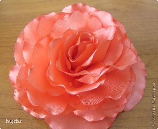 """Предлагаю МК розы """"распустившейся"""". Эта роза из ленты шириной 5см. Можно использовать любой другой материал (атлас, креп-сатин или любую другую ткань, из которой можно сделать лепестки, но не очень мягкую - из атласной ткани получается плохо, она не держит форму) фото 1"""
