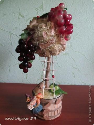Представляю вам дорогие мастерицы свои виноградно-пробковые топиарии. Оба сделаны на заказ. Первое останется в моем родном городе, а другое уедит в Израиль к подруге. Ей очень понравилось самое первое которое я делала и вот захотела точно такое, ну я немножко изменила. И получились мои тройняшки. фото 4