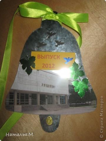 В этом году мои третьеклассники провожали нынешних выпускников начальной школы. Для каждого выпускника мои ребятишки сделали открытки в виде звоночка, как символ последнего звонка в начальной школе. Четвероклассникам очень понравились наши подарки. Идею взяла у Танюшки Безруковой http://stranamasterov.ru/node/232653 . фото 2