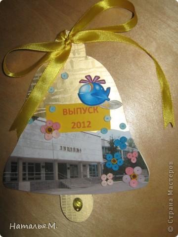 В этом году мои третьеклассники провожали нынешних выпускников начальной школы. Для каждого выпускника мои ребятишки сделали открытки в виде звоночка, как символ последнего звонка в начальной школе. Четвероклассникам очень понравились наши подарки. Идею взяла у Танюшки Безруковой http://stranamasterov.ru/node/232653 . фото 4