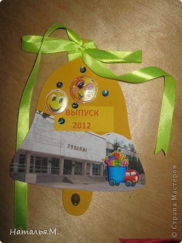 В этом году мои третьеклассники провожали нынешних выпускников начальной школы. Для каждого выпускника мои ребятишки сделали открытки в виде звоночка, как символ последнего звонка в начальной школе. Четвероклассникам очень понравились наши подарки. Идею взяла у Танюшки Безруковой http://stranamasterov.ru/node/232653 . фото 5