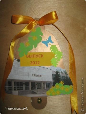 В этом году мои третьеклассники провожали нынешних выпускников начальной школы. Для каждого выпускника мои ребятишки сделали открытки в виде звоночка, как символ последнего звонка в начальной школе. Четвероклассникам очень понравились наши подарки. Идею взяла у Танюшки Безруковой http://stranamasterov.ru/node/232653 . фото 3