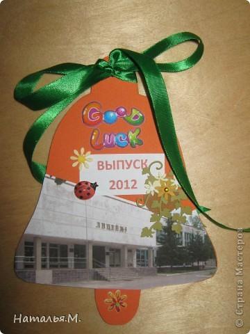 В этом году мои третьеклассники провожали нынешних выпускников начальной школы. Для каждого выпускника мои ребятишки сделали открытки в виде звоночка, как символ последнего звонка в начальной школе. Четвероклассникам очень понравились наши подарки. Идею взяла у Танюшки Безруковой http://stranamasterov.ru/node/232653 . фото 9