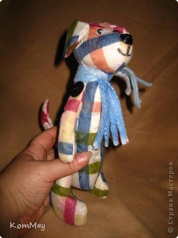 Собачонка, сшитая из хлопка по тильдовской выкройке. Простая собачка. Без затей.  фото 3