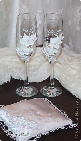 Бокалы  делала  на заказ подруги для ее брата на свадьбу.Невесте подарок очень понравился,а подушечка в подарок от меня))).