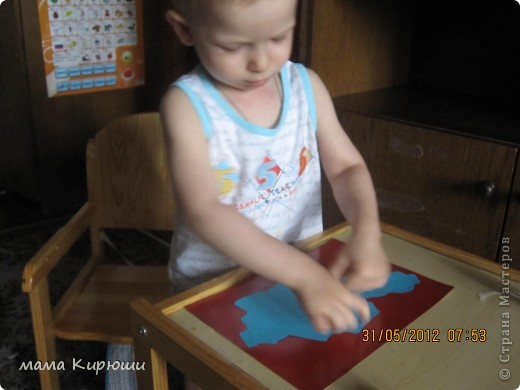 """У мужа на работе объявили конкурс детских поделок на тему """"4 июня - День Государственной символики Казахстана"""", мы решили сделать вот такую аппликацию. Я сделала все детали для аппликации а сынок их приклеивал. Фон сделали из 3 листов картона А4, с обороной стороны приклеили очень плотный картон от старой коробки. Сверху приклеили ленточку, что бы можно было повесить. фото 7"""