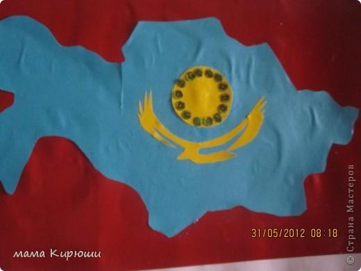 """У мужа на работе объявили конкурс детских поделок на тему """"4 июня - День Государственной символики Казахстана"""", мы решили сделать вот такую аппликацию. Я сделала все детали для аппликации а сынок их приклеивал. Фон сделали из 3 листов картона А4, с обороной стороны приклеили очень плотный картон от старой коробки. Сверху приклеили ленточку, что бы можно было повесить. фото 3"""