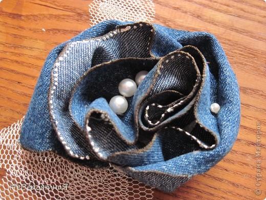 Всем-всем привет!!! Как же я рада, что вы снова зашли ко мне в гости ))))    Сегодня я с брошечками.  Эта из джинсовой ткани из отдельных лепестков, обожженных на огне.    Серединка поближе фото 9