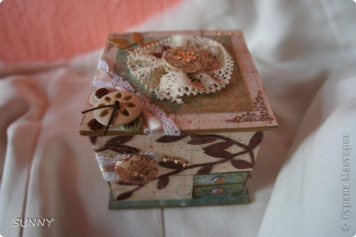 """Хотелось использовать накопившиеся коробки и создать """"домик"""" для хранения очень нужных мелочей: бусинок, пайеток,страз, пуговок. Результат на снимках ниже. Это общий вид фото 1"""
