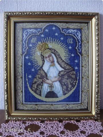 Чудотворная икона , широко почитаемая православными и католиками в Белоруссии , Литве , на Украине и в Польше . Исцеление от болезней , сохранение семейного мира и умножение чад , спасение от смерти новорожденной девочки . Место для иконы над входной дверью в квартиру или дом . Икону вышивала для мамы . фото 1
