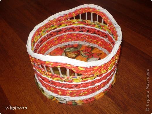 """всем привет.вот сделала плетенки для дачи.корзинка из рекламок магазина """"пятерочка"""".на дне декупаж салфеткой. фото 3"""