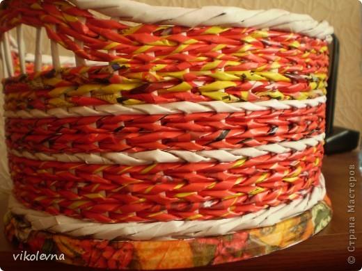 """всем привет.вот сделала плетенки для дачи.корзинка из рекламок магазина """"пятерочка"""".на дне декупаж салфеткой. фото 4"""