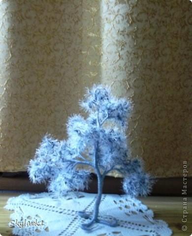Ну вот и я сделала деревья из травки. Сначала хотела сделать только голубое деревце, потом вспомнила, что у меня имеется еще серая пряжа и остатки оранжевой. Так что не удержалась и родились три деревца Пушистика. Фотографии правда ни как не хотели получаться, поэтому выбрала те, что получше. Голубое, самое большое, самое пушистое. фото 5