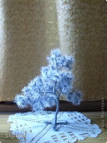 Ну вот и я сделала деревья из травки. Сначала хотела сделать только голубое деревце, потом вспомнила, что у меня имеется еще серая пряжа и остатки оранжевой. Так что не удержалась и родились три деревца Пушистика. Фотографии правда ни как не хотели получаться, поэтому выбрала те, что получше. Голубое, самое большое, самое пушистое. фото 6