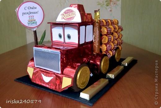 """Давеча сделала машинку на 6-ой День варенья для ярого поклонника мультфильма """"Тачки"""". Машина почти полностью съедобная: Нижняя часть кабины - это печенье """"Юбилейное"""", верхняя часть кабины - 6 кусочков пастилы, бейсболка, кузов и знак - конфетки. фото 1"""