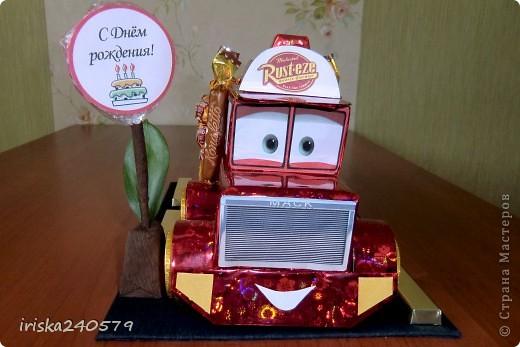 """Давеча сделала машинку на 6-ой День варенья для ярого поклонника мультфильма """"Тачки"""". Машина почти полностью съедобная: Нижняя часть кабины - это печенье """"Юбилейное"""", верхняя часть кабины - 6 кусочков пастилы, бейсболка, кузов и знак - конфетки. фото 2"""