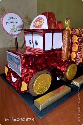"""Давеча сделала машинку на 6-ой День варенья для ярого поклонника мультфильма """"Тачки"""". Машина почти полностью съедобная: Нижняя часть кабины - это печенье """"Юбилейное"""", верхняя часть кабины - 6 кусочков пастилы, бейсболка, кузов и знак - конфетки. фото 3"""