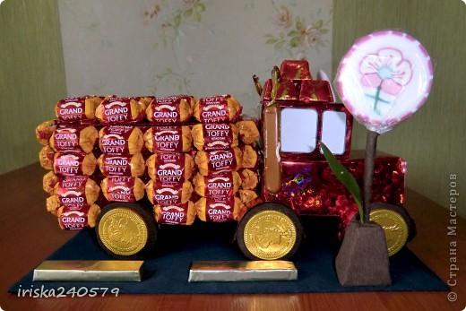 """Давеча сделала машинку на 6-ой День варенья для ярого поклонника мультфильма """"Тачки"""". Машина почти полностью съедобная: Нижняя часть кабины - это печенье """"Юбилейное"""", верхняя часть кабины - 6 кусочков пастилы, бейсболка, кузов и знак - конфетки. фото 4"""