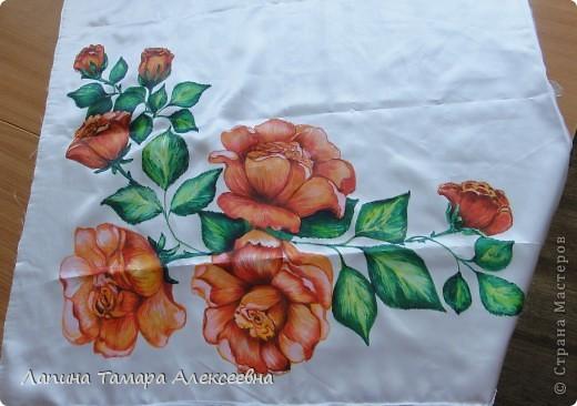 """Платок выполняла для младшей сестры к дню рождения, по её желанию иметь белый платок с красными цветами. Правда, как у истинной женщины (да и девушки) желания меняются как """"ветер в мае"""" и ей уже хочется одну или 2-3 картины с цветами.  фото 2"""