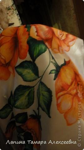 """Платок выполняла для младшей сестры к дню рождения, по её желанию иметь белый платок с красными цветами. Правда, как у истинной женщины (да и девушки) желания меняются как """"ветер в мае"""" и ей уже хочется одну или 2-3 картины с цветами.  фото 3"""