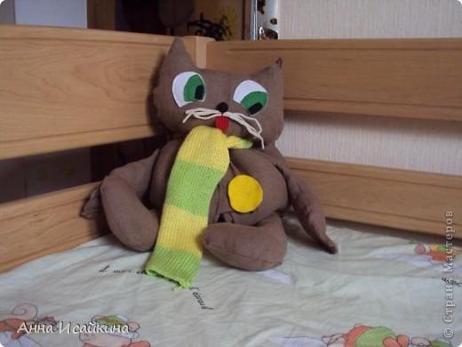 Это котик - пижамница. За пуговицами спрятаны застежки - липучки. Днем мы там храним пижамку, а ночью - домашнюю одежду. Ребенок с удовольствием поддерживает порядок. Чтобы котик сохранял форму без одежды внутри, я сделала основу из поролона.