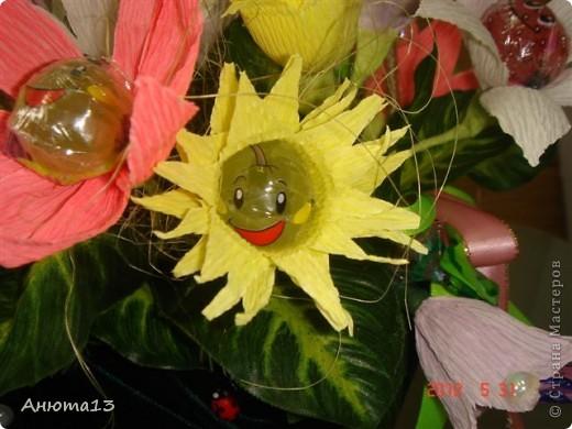 Дорогие мастера и мастерицы!Вот заказали мне сумочку для 11-ти летней девочки))(Ура, у меня появился заказ!)Конфеты заказчица выбрала сама, поэтому я решила,что к ним необходимы фантазийные цветочки)) фото 2
