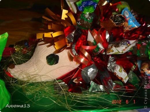 Дорогие мастера и мастерицы!Вот заказали мне сумочку для 11-ти летней девочки))(Ура, у меня появился заказ!)Конфеты заказчица выбрала сама, поэтому я решила,что к ним необходимы фантазийные цветочки)) фото 4