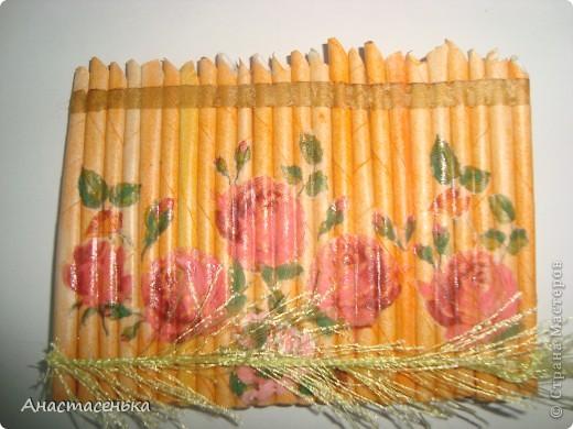 """Здравствуйте, дорогие Мастерицы =) Представляю Вам мою новую серию АТС """"Цветник"""".  Очень мне понравилось делать декупаж на газетных трубочках, и я решила сделать еще одну серию, продолжение. немного видоизменила ее. цветы покрыла акриловой краской Розовый кристалл и сделала травку. гуашью рисовала ромашки и розочки, т.к. белая салфетка после декупажа стала невидимой. в работе использовала 2 салфетки магазинные, и 3 рисунка распечатала на принтере на салфетке, что и где не догадаться =) фото делала со вспышкой и без. карточки все блестят и преливаются. На серию приглашаю Дашу Ландихову, первый выбор за ней. фото 6"""