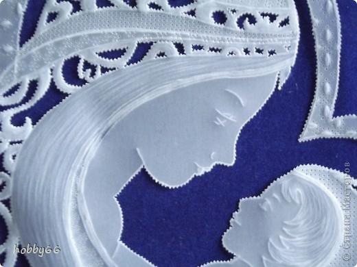 Мадонна мать с младенцем на руках, Святее всех святых. И все понятья Не могут заключить в свои объятья Величья таинства, творимого в веках. И истиной, что мы впитать должны, Плутая в жизни каменных чащобах, Есть та, что мать, которой рождены - Молитвы удостоена до гроба. Л. Журавлева. фото 2