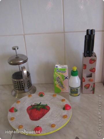 Не судите строго это мой первый МК. У меня на кухне обои фисташкового цвета и по-моему красные аппетитные клубнички очень на них хорошо смотрятся. К сожалению, часы еще не повешены на стену. фото 7
