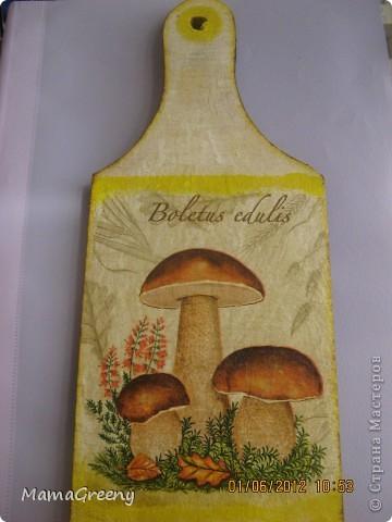 """Декоративная досочка: мы осенью ездили по грибы с сестрой и находили именно такие """"неприличные"""" грибочки, поентому, увидев такую салфетку решила сделать сестренке сюрприз, надеюсь и вам понравится! фото 2"""