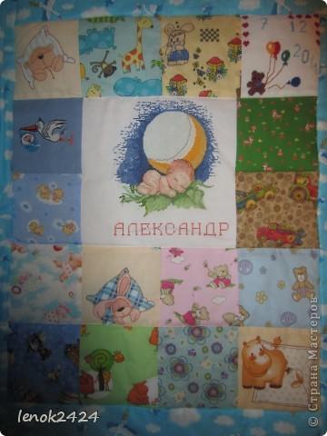 Очередное одеяло в подарок, вышит центр, медвежонок с шарами и аист с младенцем. фото 1