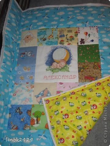 Очередное одеяло в подарок, вышит центр, медвежонок с шарами и аист с младенцем. фото 2