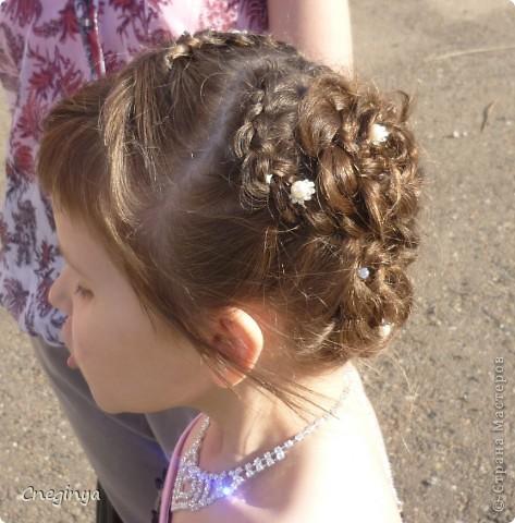 Общий вид. Прическа состоит из плетеных кос и цветов из волос, украшена декоративными шпильками. фото 3