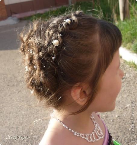 Общий вид. Прическа состоит из плетеных кос и цветов из волос, украшена декоративными шпильками. фото 4
