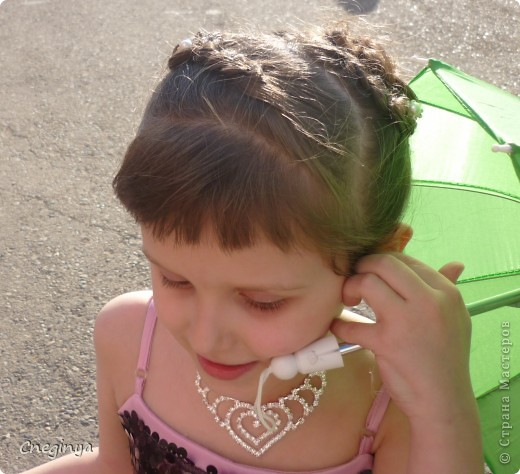 Общий вид. Прическа состоит из плетеных кос и цветов из волос, украшена декоративными шпильками. фото 2