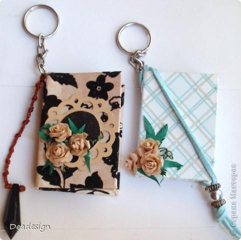 книжки. брелочки. из остатков бумажки материалы: картон, бумага, нитки, кольца для брелочка, шнур, бусины, клей, люверсы, самодельные цветы  (5-ти лепестковый дырокол)  за основу взят МК Астории   .http://asti-n.ya.ru/replies.xml?item_no=550   фото 1