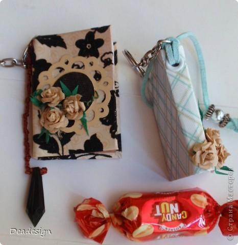 книжки. брелочки. из остатков бумажки материалы: картон, бумага, нитки, кольца для брелочка, шнур, бусины, клей, люверсы, самодельные цветы  (5-ти лепестковый дырокол)  за основу взят МК Астории   .http://asti-n.ya.ru/replies.xml?item_no=550   фото 4
