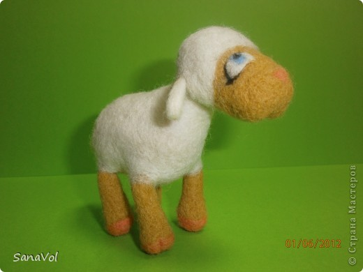 Из шерсти и любви родилась эта маленькая овечка. Вопросительно и доверчиво она смотрит на этот мир. фото 6