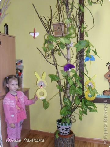 Пришла весна, и появились в нашей группе такие солнечные зайчики...а зеленые полянки- это снежные шары,которые мы делали зимой.Обернули зеленой креп. бумагой. и налепили цветочки. фото 4